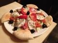 Paradicsomos mozzarella saláta pitával